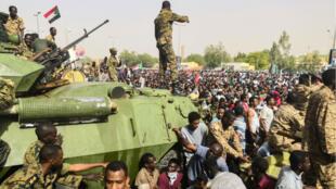 Véhicules blindés déployés près du QG de l'armée à Khartoum, le 11 avril 2019.