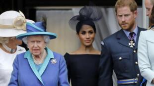 La reine d'Angleterre entourée de Meghan Markle et du Prince Harry, lors d'une célébration à Londres, le 11 juillet 2018.