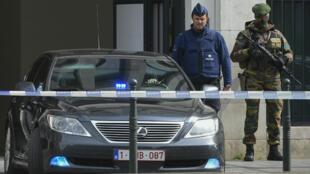 Un véhicule de police quittant le Palais de justice de Bruxelles le 14 avril 2016 après l'audition d'Osama Krayem et de deux autres suspects.