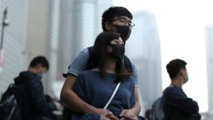 Manifestantes de Hong Kong se abrazan en una manifestación en apoyo de los derechos humanos de los Uigures de Xinjiang en Hong Kong, China, el 22 de diciembre de 2019.