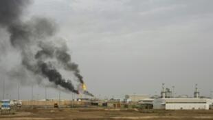 منشأة نفطية في حقل مجنون بمحافظة البصرة في جنوب العراق في 25 آذار/مارس