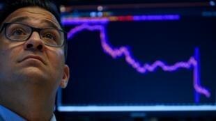 Wall Street baisse fortement à l'ouverture, lestée par la dégringolade des taux sur le marché obligataire,