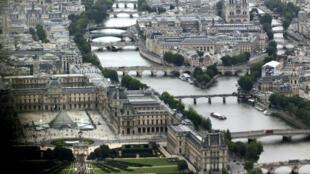 Le musée du Louvre et sa pyramide se situent le long de la Seine à Paris