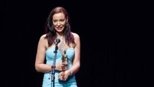 """Loubna Abidar reçoit le prix de la meilleure actrice pour """"Much Loved"""", lors du festival du film francophone d'Angoulême, le 30 août 2015."""