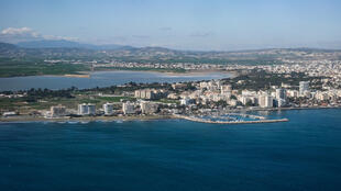 صورة ملتقطة جوا في 15 كانون الثاني/يناير 2021 تظهر ساحل مدينة لارناكا في قبرص