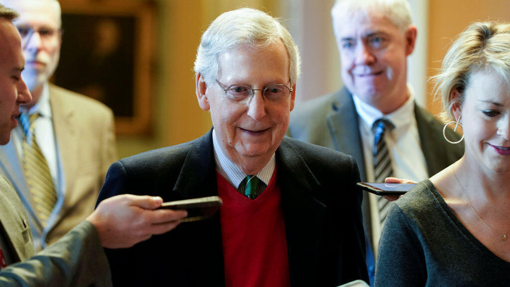 El líder de la mayoría republicana en el Senado, Mitch McConnell, habla con los reporteros mientras camina desde la Cámara del Senado el primer día del cierre parcial del Gobierno federal en Washington, EE. UU., el 22 de diciembre de 2018.