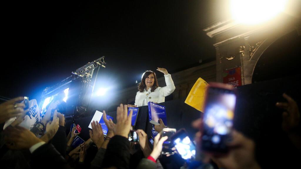 La expresidenta de Argentina, Cristina Fernández de Kirchner, saluda a sus partidarios luego de la presentación de su libro 'Sinceramente', en la Feria del Libro de Buenos Aires, en Buenos Aires, Argentina, 9 de mayo de 2019.