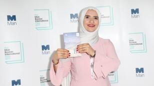 """الروائية العمانية جوخة الحارثي تفوز بجائزة """"مان بوكر الدولية"""". 21 مايو/أيار 2019."""
