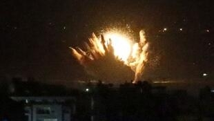 صاروخ إسرائيلي يصيب مبنى في قطاع غزة خلال حرب عام 2014