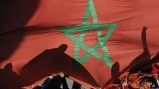 Le drapeau marocain brandi lors d'une manifestation.
