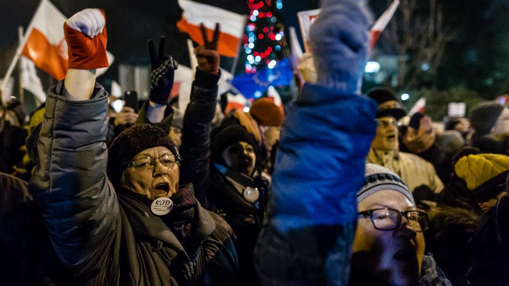 Des manifestants de l'opposition, le 16 décembre 2016, à Varsovie.
