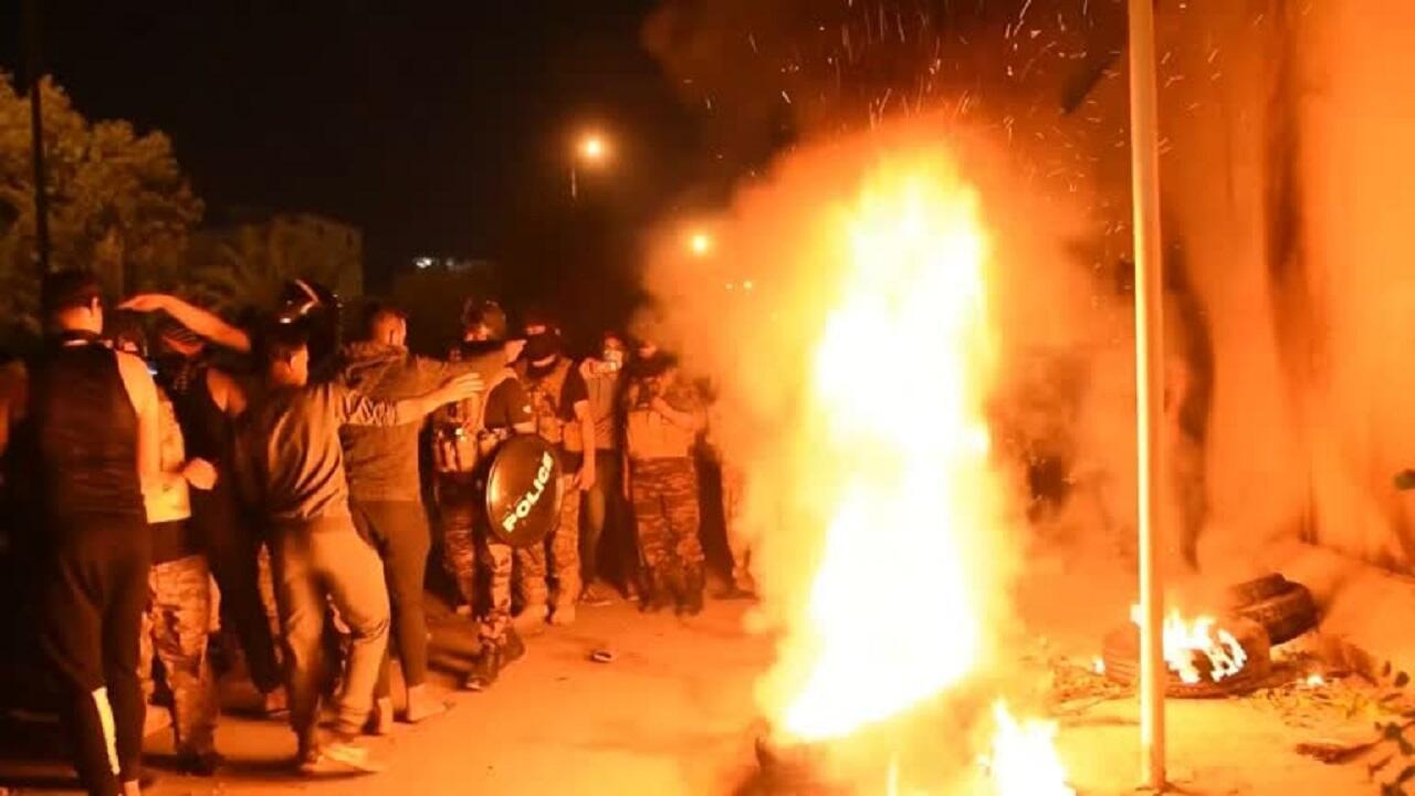 متظاهرون يضرمون النار في إطارات أمام مقر القنصلية الإيرانية بكربلاء، 3 نوفمبر/تشرين الثاني 2019.