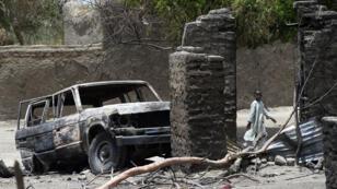Maison et véhicule incendiés après une attaque jihadiste menée en février 2015 dans le village de N'Gouboua près du lac Tchad.