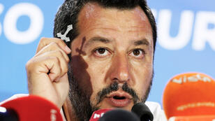 El viceprimer ministro italiano y líder del partido la Liga, de extrema derecha, Matteo Salvini, sostiene un crucifijo mientras habla tras conocer los resultados de las elecciones europeas en Milán, Italia, el 27 de mayo de 2019.
