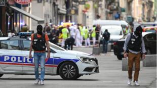 La policía francesa recorre la zona en busca de evidencia después de la explosión de un paquete en una calle peatonal en Lyon, sureste de Francia, el 24 de mayo de 2019.