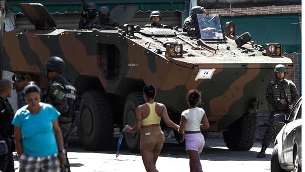 Un vehículo blindado de las fuerzas armadas bloquea una calle en el Morro dos Macacos, en Río.