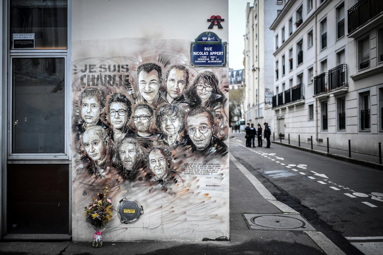 رجال الشرطة خارج مكتب شارلي إيبدو السابق، قبل الذكرى الرابعة للهجوم الإرهابي على  المجلة الساخرة الذي أسفر عن مقتل 12 شخصا في 7 يناير 2019 في باريس.