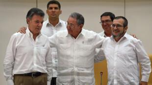 الرئيس الكولومبي (يسار) وزعيم حركة فارك (يمين) والرئيس الكوبي في 23 أيلول/سبتمبر 2015
