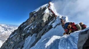 File d'attente pour le sommet de l'Everest, photographiée par l'alpiniste népalais Nirmal Purja Magal, le 22 mai 2019.