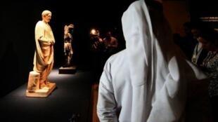 Un journaliste devant une statue romaine au futur Louvre Abou Dabi