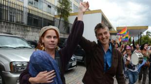 La pareja inglesa, Niky Rothon  y Helen Bicknell, abandonan la Corte Suprema con su hija Satya en brazos en Quito, Ecuador. 4 de mayo de 2012