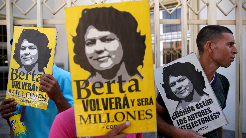 Un grupo de pueblos indígenas participa en una protesta frente a un tribunal para pedir justicia por el asesinato de la activista ambiental Berta Caceres, en Tegucigalpa, Honduras, el 3 de marzo de 2018.