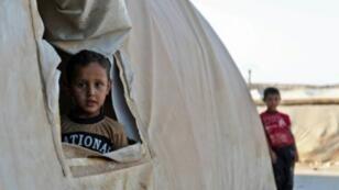 طفل في مخيم نازحين قرب الحدود التركية في محافظة ادلب في 26 آب/اغسطس