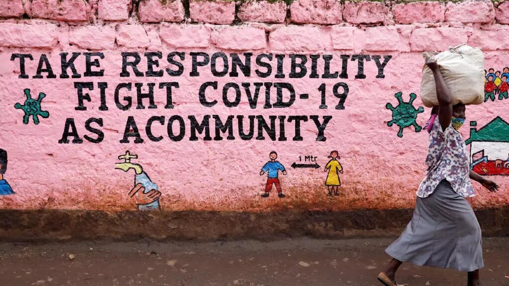 En el barrio marginal de Kibera, Nairobi, Kenia, una inscripción llama a los kenianos a enfrentarse a los Covid-19.