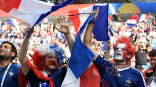 Les supporters des Bleus inventent des chants pour célébrer leurs joueurs.
