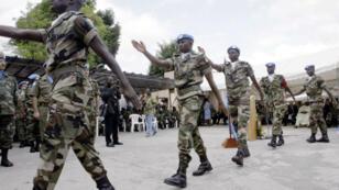Des soldats représentant cinq pays de la Cédéao défilent à Abidjan, en Côte d'Ivoire, le 5 avril 2004.