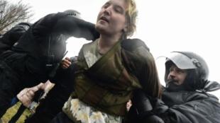 الشرطة الروسية تعتقل متظاهرا في سان بطرسبورغ في 29 نيسان/أبريل 2017