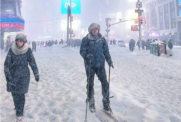À New York, des passants ont utilisé leurs skis pour traverser Times Square, le 23 janvier 2016.