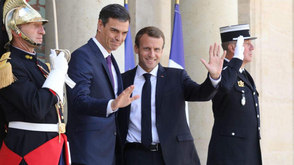 Le Premier ministre espagnol Pedro Sanchez et le président français Emmanuel Macron, sur le perron de l'Élysée, samedi 23 juin.