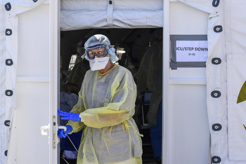 Un médico deja una carpa de cuidados intensivos para pacientes contaminados con Covid-19 instalada frente al hospital de Cremona, 2 de abril de 2020 en Italia.