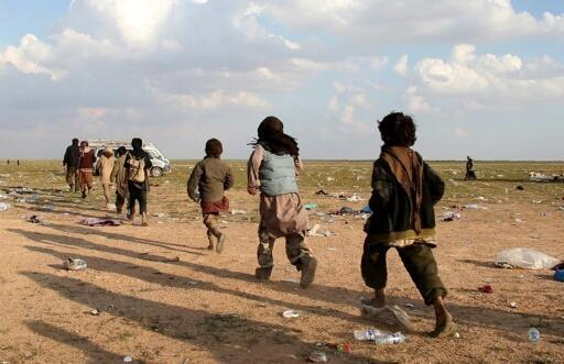 فتيان إيزيديون قرب قرية الباغوز في شرق سوريا بعد إفلاتهم من قبضة تنظيم الدولة الاسلامية في الثالث والعشرين من شباط/فبراير 2019