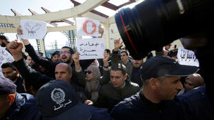 """Une centaine de journalistes des médias algériens, écrits et audiovisuels, publics et privés, se sont rassemblés sur la """"Place de la Liberté de la presse"""" à Alger, le 28 février 2019."""