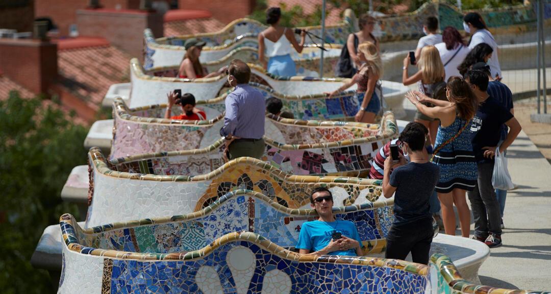 Varios visitantes en el parque Güell de Barcelona, el 18 de julio de 2020.