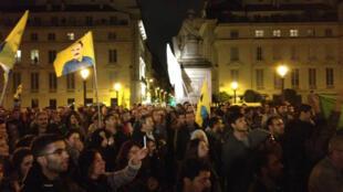 Photo postée sur Twitter montrant le rassemblement devant l'Assemblée nationale, lundi 6 octobre.