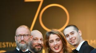 """L'équipe du film """"120 battements par minutes"""", sur les marches du Festival de Cannes 2017."""