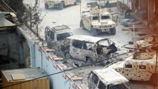 Los vehículos quemados se ven en el escenario de la explosión y el tiroteo en Jalalabad, Afganistán, el 24 de enero de 2018.