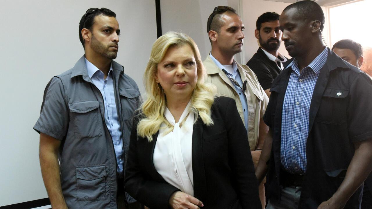 La esposa del primer ministro israelí Benjamin Netanyahu, Sara, llega al Tribunal de Magistrados para una audiencia donde llega a un acuerdo por el uso indebido de fondos estatales, en Jerusalén, Israel, el 16 de junio de 2019.