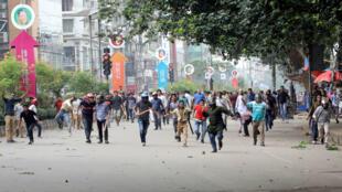 Jóvenes corren durante manifestación para pedir normas viales más estrictas en Dacca, la capital de Bangladesh.