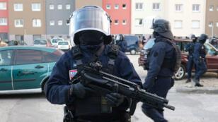 La BRI lors d'une opération dans la cité Ozanam, à Carcassonne (Aude), où vivait Radouane Lakdim.