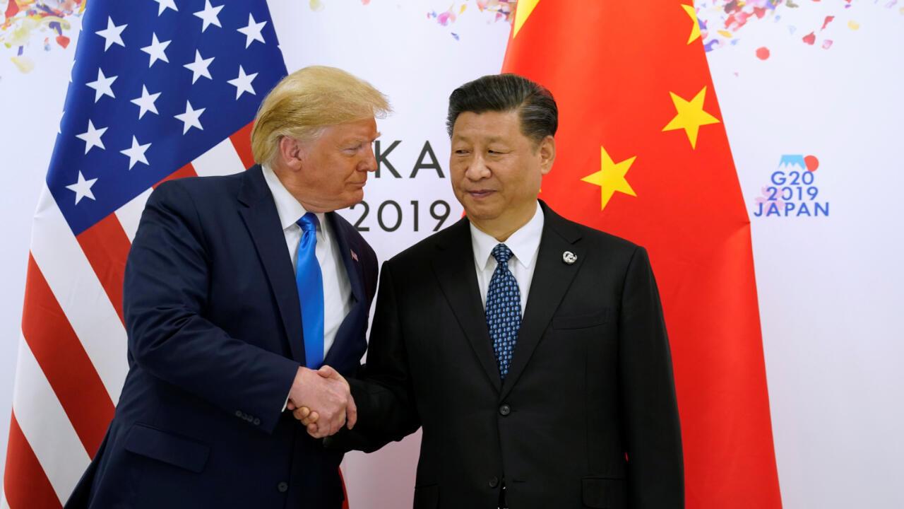 El presidente de Estados Unidos, Donad Trump, y el presidente de China, Xi Jinping, se dan la mano antes de su reunión bilateral en el amrco de la cumbre del G20 en Osaka, Japón, este 29 de junio
