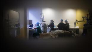 Dans le service réanimation de l'hôpital Lariboisière de l'Assistance Publique - Hôpitaux de Paris à Paris le 27 avril 2020