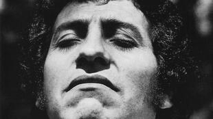 Víctor Jara se volvió un objetivo de la dictadura chilena por el contenido crítico y social de sus canciones.
