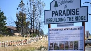 Panneau rendant hommage aux victimes de l'incendie qui a ravagé la ville de Paradise, en Californie, en 2018. Aujourd'hui, la ville, toujours menacée, se reconstruit malgré tout.
