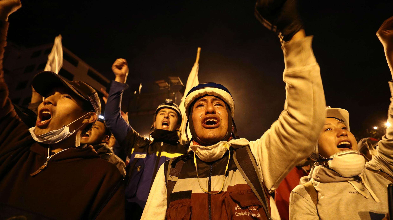 Los manifestantes celebran el acuerdo logrado entre el Gobierno e indígenas que termina con las protestas en el país, en Quito, Ecuador, el 13 de octubre de 2019.