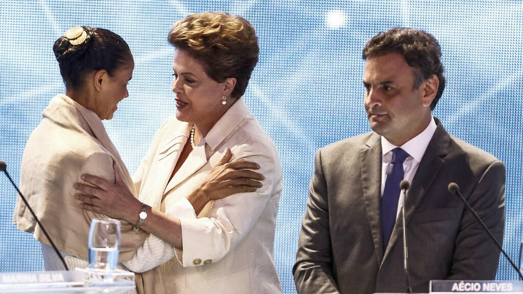 La présidente brésilienne Dilma Rousseff (au centre) salue l'écologiste Marina Silva sous les yeux d'Aecio Neves, le 26 août 2014.