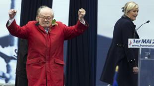 جان ماري لوبان الزعيم التاريخي لحزب الجبهة الوطنية اليميني المتطرف ومارين لوبان رئيسة الحزب
